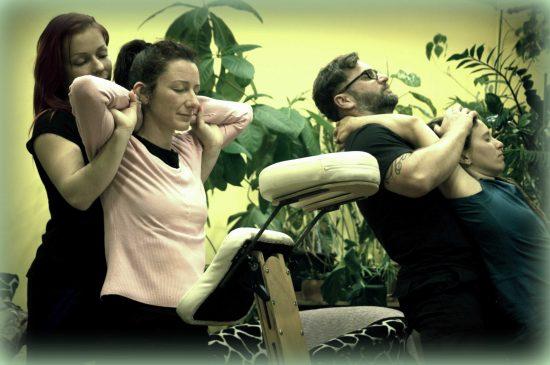 gerincnyújtás és kimozgatás irodai masszázsban - Rapid Massage Service
