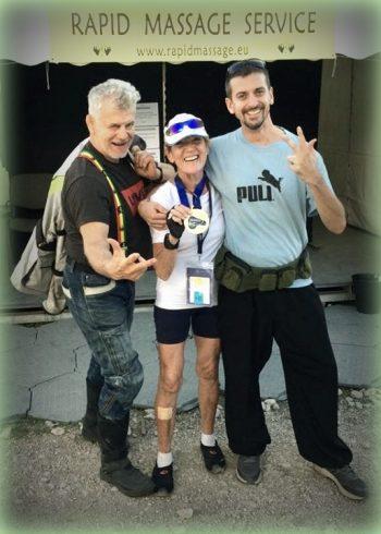 Egy hölgy megköszöni az aranyérmét a Rapid Massage Service masszőreinek a velencei Evezős VB-n