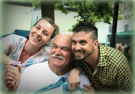 Egy idős úr hálás mosolya egy Dinamikus Rapid Masszázs után. Mellette két masszőr