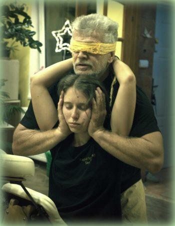 gerinckihúzás bekötött szemmel - Dinamikus Sportmasszázs gyakorlás